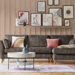 oživenie interiéru, obývačka so sivou sedačkou a kolážou z obrazov