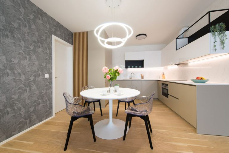 Štedrý priestor štvorizbáku podčiarkli dizajnérky minimalistickým dizajnom