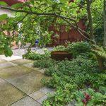 záhon v átriovej záhrade s vodným prvkom z cortenu