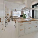 otvorená biela kuchyňa vo vidieckom štýle, s bielou podlahou a východom na terasu