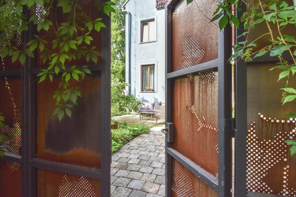 Kovová vstupná brána z cortenu s perforáciami do átriovej záhrady