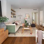 obývačka v rodinnom dome zariadená v prírodnom štýle a v zemitých farbách