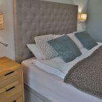 manželská čalúnená posteľ v neutrálnych fónoch