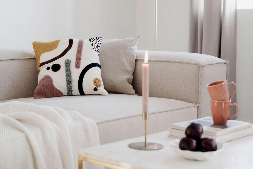 obývačka v odtieňoch bielej