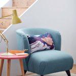 kútik s modrým kreslom, stolíkom a žltou lampou
