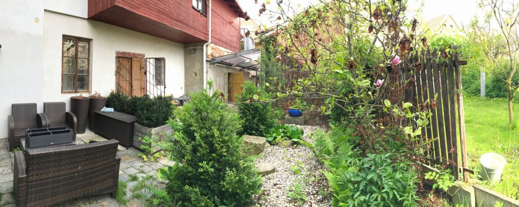 pôvodný vzhľad átriovej záhrady vo vnútrobloku rodinného domu, ktorá prešla premenou