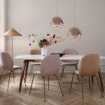 jedálenský stôl so stoličkami v neutrálnych farbách a bielym stolom
