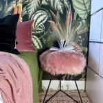 spálňa s tapetou so vzorom džungle