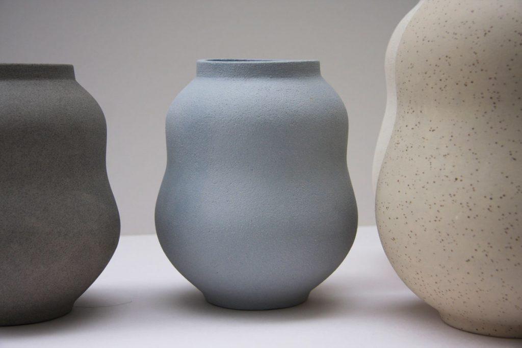 Séria kameninových váz od Lindy Vikovej