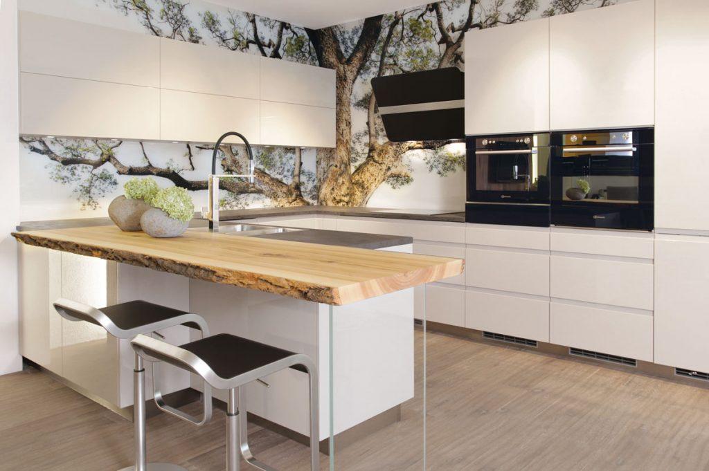 kuchyňa s obkladom z grafoskla s motívom stromu