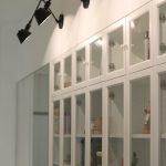 presklená knižnica v chodbe