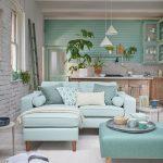 Obývačka s kuchyňou v tmavej a svetlej pastelovomodrej