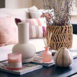 Obývačkový stolík s pastelovými ružovými dekoráciami