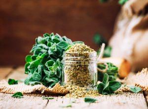 Na svoje kvety láka včely a stredomorská kuchyňa sa bez nej nezaobíde. O ktorej bylinke je reč?