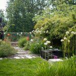 súkromná okrasná záhrada so sochou od Michala Gabriela a vodným prvkom