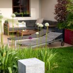 obytná záhradná terasa so sedačkou a drevenými ležadlami