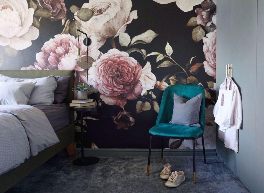Spálňa s kvetinovou tapetou