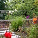 malá okrasná záhrada opletená s plotom z tvrdeného skla