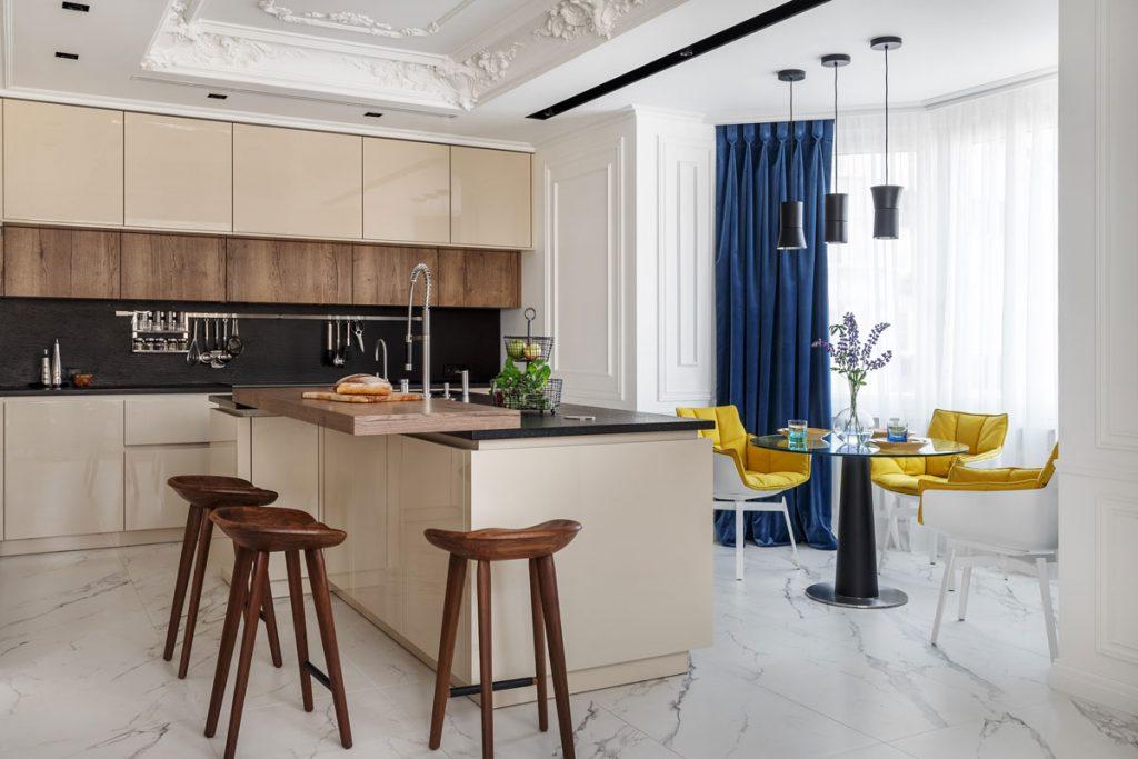Moderná kuchyňa v hnedých odtieňoch a s jedálenským kútom v kontrastných farbách žltej a modrej