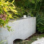 Lavička zbieleho vápenca v záhrade