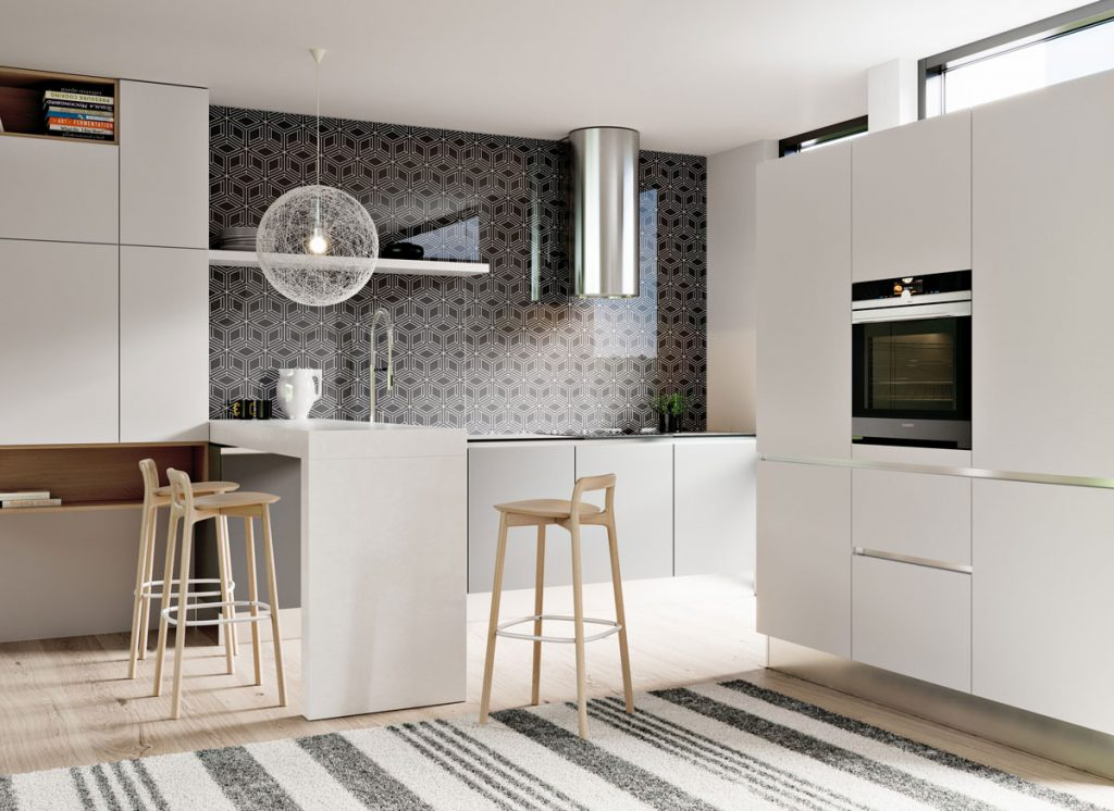 Moderná kuchyňa v bielej farbe a s čiernou lesklou kuchynskou zástenou