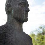 Socha snázvom Hráč od českého sochára Michala Gabriela umiestnená v súkromnej okrasnej záhrade