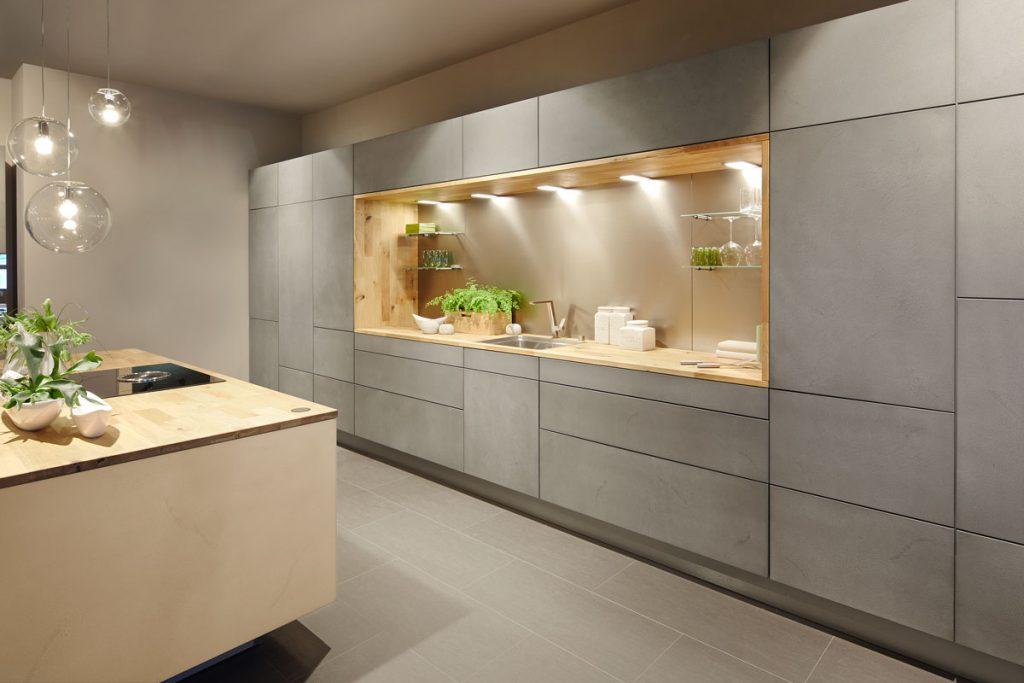 Minimalistická kuchyňa s betónovým vzhľadom na dvierkach kuchynskej linky
