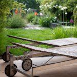záhrada s okrasnou výsadbou a drevenými ležadlami