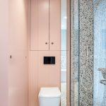 Toaleta umiestnená v kúpeľni, v ktorej sa spája terazzo s pastelovými farbami