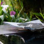 vodný záhradný prvok v podobe prameňa vyvierajúceho z bronzovej misy