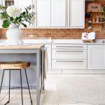 Industriálna kuchyňa s bielou kuchynskou linkou a šedým ostrovčekom