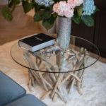 sklenený stolík s nohami z naplaveného dreva