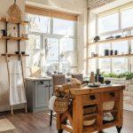 vidiecka kuchyňa s otvorenými policami a rustikálnym ostrovčekom s otvorenými úložnými priestormi