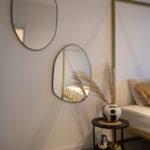 zrkadlá nepravidelného oválneho tvaru zavesené na stene v extravagantnej spálni