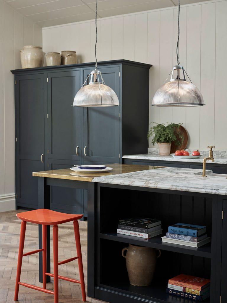 Moderná vidiecka kuchyňa vo farebnej kombinácii čiernej, sivej, bielej a červenej