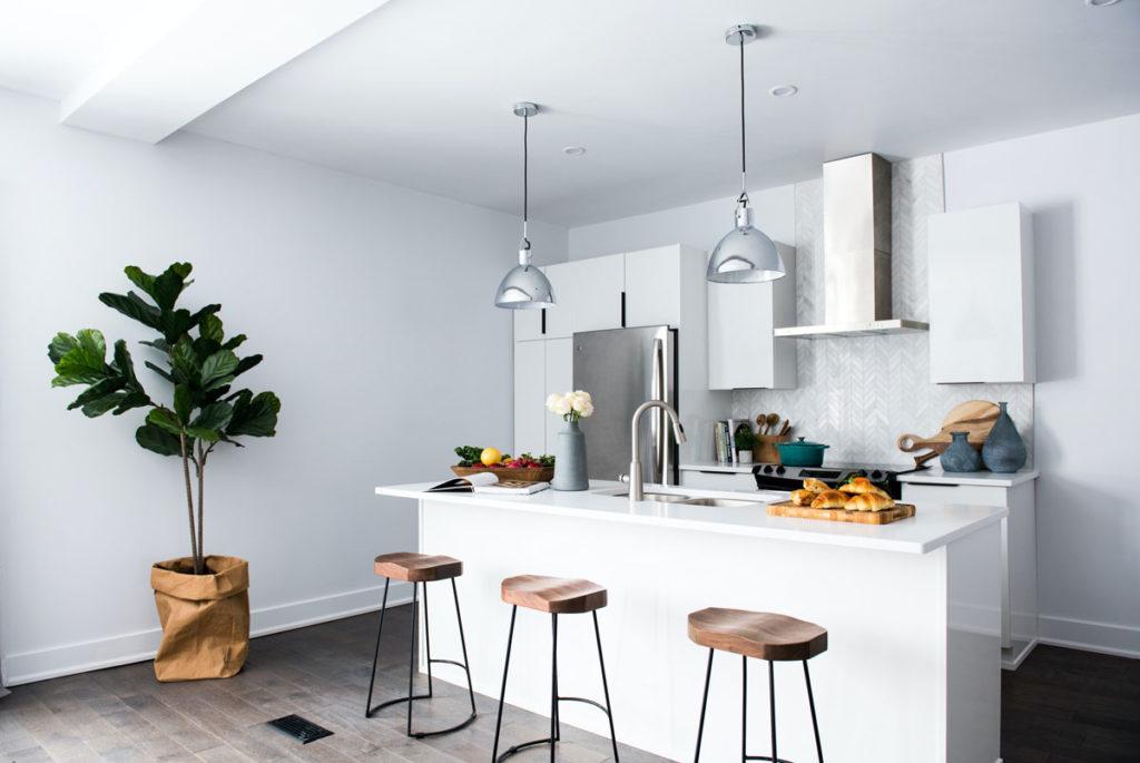 Biela minimalistická kuchyňa s ostrovčekom