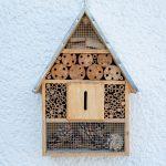 Domček pre hmyz s otvorom uprostred pre motýle