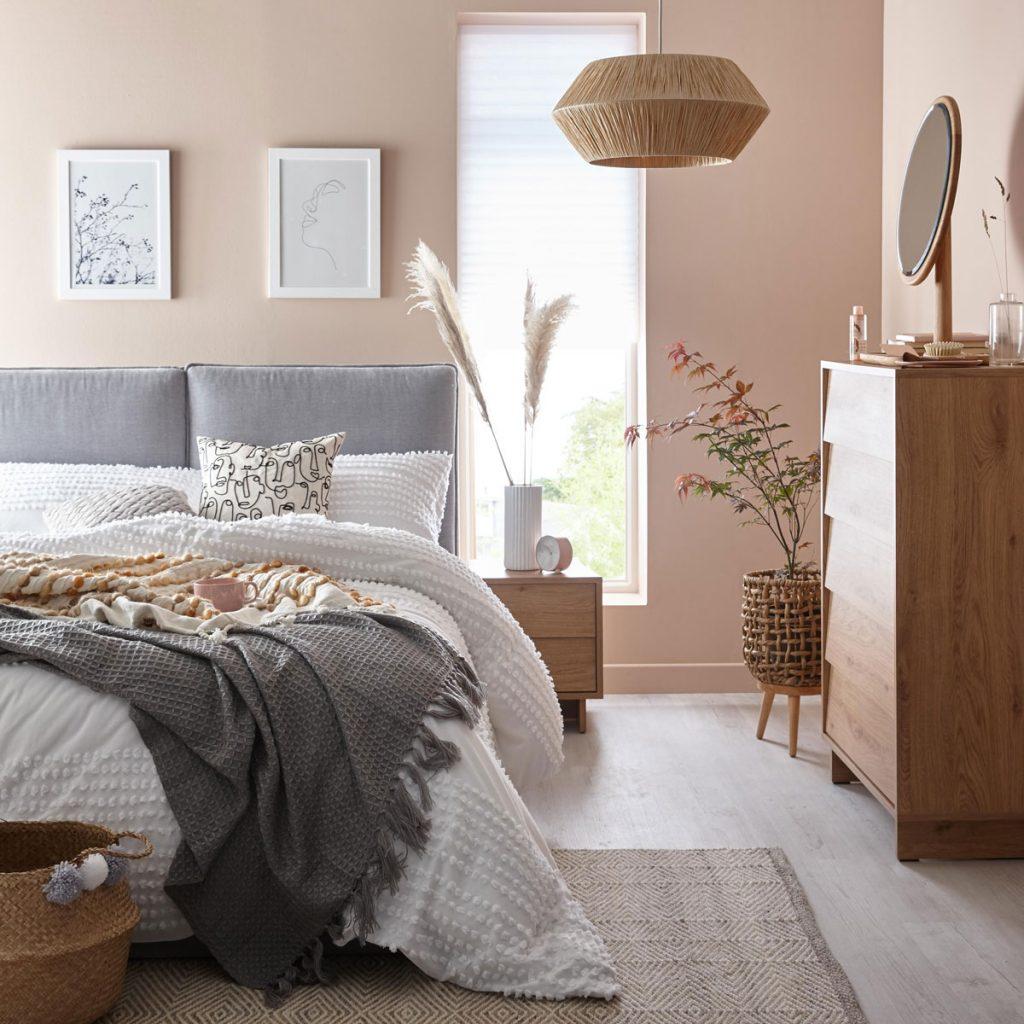 moderná spálňa v odtieňoch sivej, bielej a hnedej