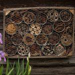 Jednoduchý domček pre hmyz vyrobený z plechoviek, ktoré sú naplnené rôznym prírodným materiálom