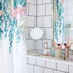 úložné priestory v kúpeľni: Polička v kúpeľni so zrkadlom a kozmetikou