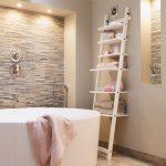 kúpeľňa s rebríkovou policou