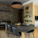 moderný interiér s jedálenský kútom umiestneným v obývačke, s kamenným obkladom na stene a dizajnovým svietidlom z ohýbaných dýh