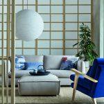 Obývačka inšpirovaná japonským interiérom: sivá sedačka, modré kreslo a paravány