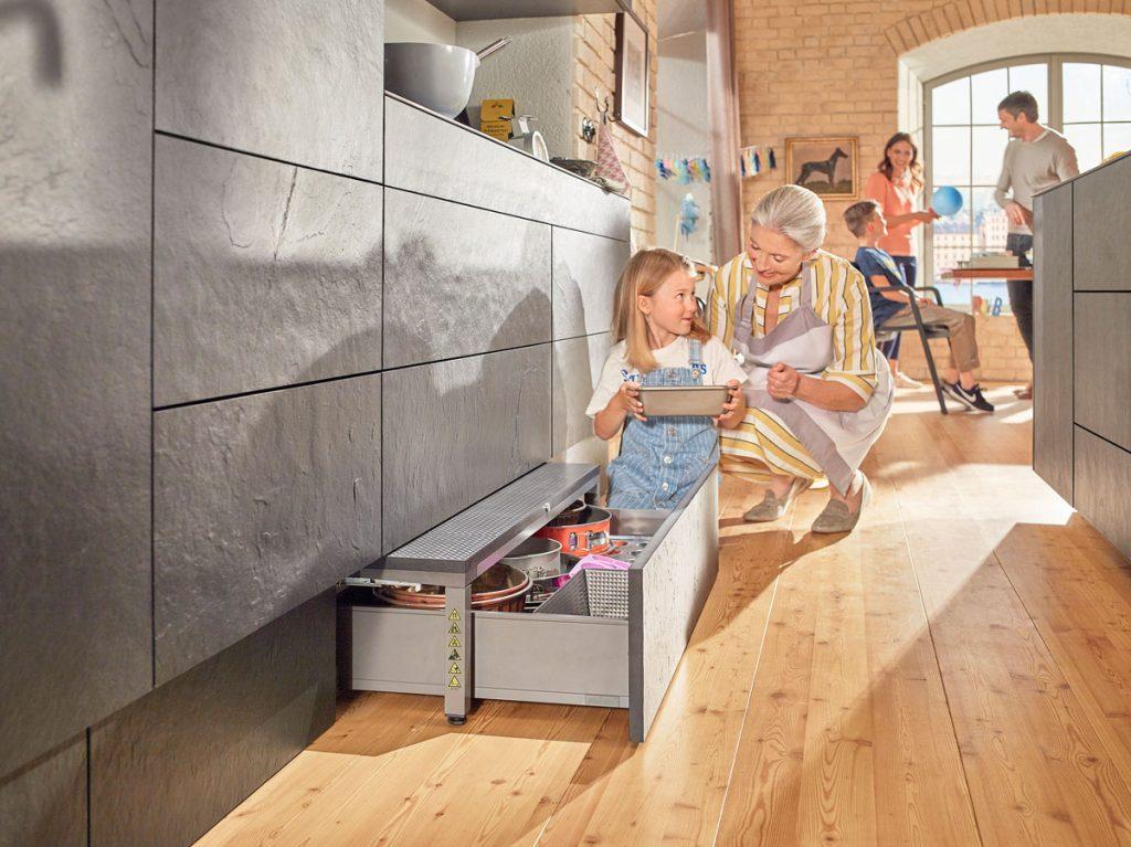 úložný priestor v sokli kuchynskej linky