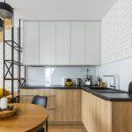 kuchyňa v industriálnom štýle s dekorom bieleného duba na kuchynskej linke, kovovým regálom a bielym tehlovým obkladom