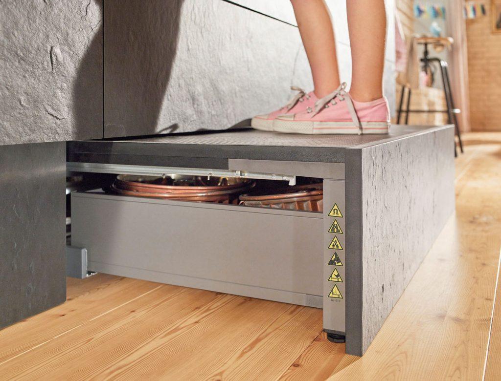 schodík umiestnený v sokli kuchynskej linky