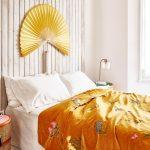 Spálňa v japonskom štýle so zlatožltou prikrývkou s kvetinovým vzorom