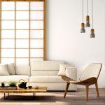 Obývačka v japonskom štýle s jednoduchou sedačkou a kreslom, nízkym stolíkom a paravánom