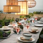 Drevený prestretý jedálenský stôl s vypletanými prírodnými svietidlami