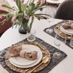 Prestretý jedálenský stôl v romantickom štýle